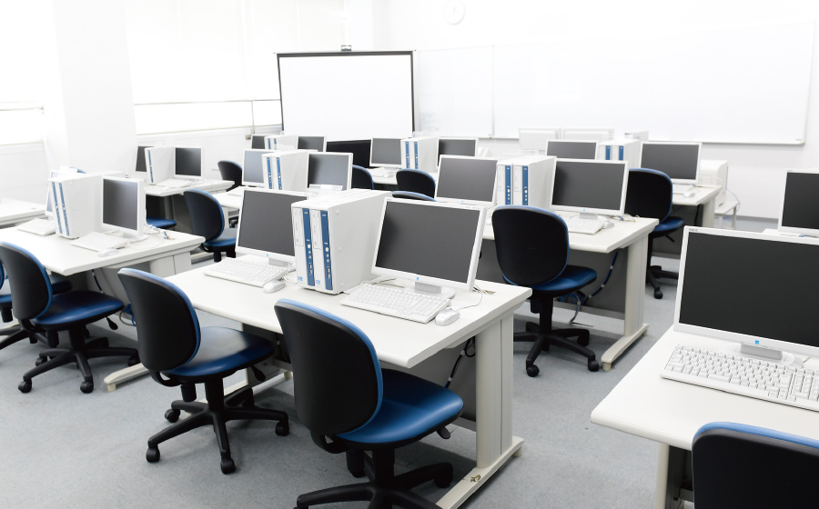 コンピュータ実習室の内観写真です。