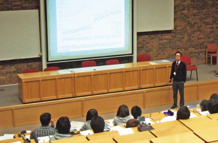 教壇に立つ堀井 光俊さんの写真です。
