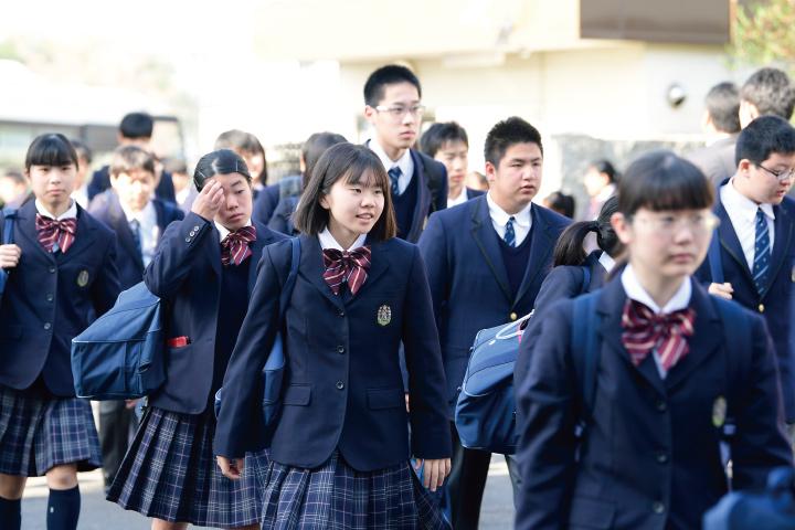 登校する生徒たちのイメージ写真です。