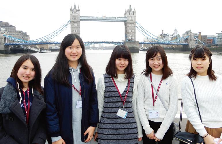 イギリス英語研修での女子生徒たちのスナップ写真です。