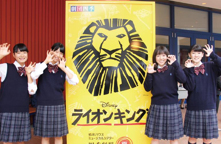 演劇鑑賞会当日、四季劇場の入口前での女子生徒たちのスナップ写真です。