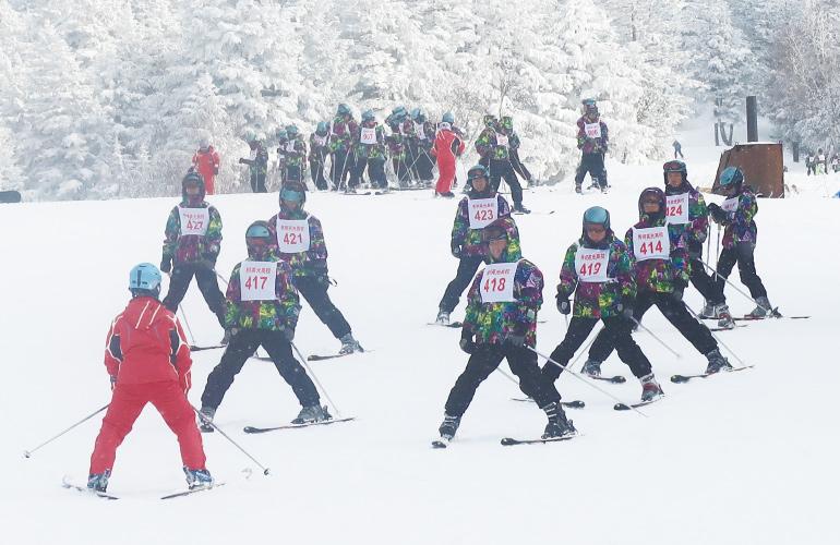 スキー場のゲレンデにて、スキー実習中の写真です。